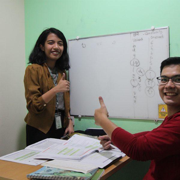 """学生举出了他们选择在菲律宾学习英语的具体和原因,以及为何是顶级英语学院Pines的理由。 这么多周来,来自台湾,日本,韩国,中国,蒙古的反映非常热烈,而这次我们又有来自越南的心得分享。 越南学生一直很珍惜与我们相处的时间,我们很高兴能从我们的英语学习者Long那里得到很好的推荐。 继续阅读并了解更多关于PINES学院的优点。 以最好的方式学习,为未来打开机会 你好,这也是个美好的一天。我来自越南。我的最高目标是用英语流利的说话,这样我就能在海外成功找到工作。这也是为什么我来到PINES,为什么PINES?PINES国际学院是菲律宾最好的学院之一。该学院的教育质量和标准无法与其他人相提并论。让我阐述一下我的理由。 有趣且专业的英语教师 他们对自己的工作非常热情。 他们的教学风格有助于我们提高英语技能,因为他们知道如何进行讨论和适当的课堂评论。我的课程是Power ESL。 我有4小时的小组课和4小时的1对1课。 您可以选择适合您的课程。TalkCafé是我最喜欢的小组课程,其中我和我的同学通过分享我们的观点来提高我们的口语技巧。 [gallery columns=""""2"""" size=""""full"""" ids=""""24206,24222,24190,24174""""] 平衡的生活方式让我放松 我的课程在平日可能会有压力、挑战和些许的不适应,但在周末,我们可以自由的外出。 我和外国朋友去过菲律宾北部的冲浪之都圣胡安(San Juan)。我也和他们一起访问了百岛(hundred island)。我喜欢跑步等其他类型的活动,有时候我会走路或跑步去市中心。除了这些活动,我喜欢和市中心的朋友一起外出用餐,这些活动让我即使在周末也能充满的使用英语。 [gallery size=""""full"""" ids=""""24277,24269,24261""""] 舒适的自助餐厅 通过自助餐厅的景色,我们可以在用餐的同时欣赏大自然的美景。休息时间在自助餐厅也可以让我们认识其他学生。自助餐厅所提供的食物营养丰富,这足以提供密集且充实课程的所需能量 [gallery columns=""""2"""" size=""""full"""" ids=""""24214,25421""""] 便利的住宿 PINES的员工提供我们所需的一切。我们有自己的学习空间,我们寝室里有4个人:台湾人,韩国人和日本人。与来自其他国家的室友进行互动是很好的,因为我们可以经常用英语沟通,使我们能够提高我们的技能。 学院的尖峰时刻 最后,让我告诉你我在Pines中最喜欢的一件事。是繁忙/高峰时段(傍晚)的气氛。 这对我来说真的很有意思,因为我可以看到所有的学生,我可以感受到他们在课堂上展示他们所学到的东西。在这个时段,我们有更多的交流和练习的机会。在这时间里,我完全可以感受到语言交换对学生们的影响,因为我很有信心用英语和其他学生说话,我认为英语专用政策(EOP)在高峰时段执行的很好。 如果你想拥有一个高效、富有成效和最好的英语学习体验 - 不要再犹豫,选择Pines International academy这个菲律宾顶尖的英语学院。"""