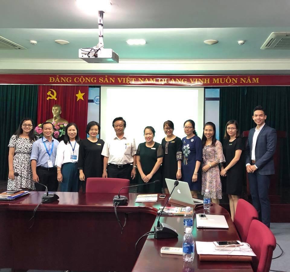 Đại diện Pines cùng cô Hồng Minh - học viên du học tiếng Anh tại Pines